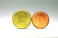 Svensken myntar i 10 krnominellt värde och 50 cent nominellt värde Arkivfoto
