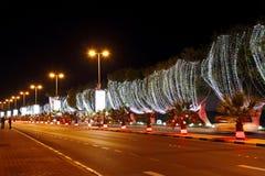 Den härliga tända gatan på 42nd beröm för nationell dag på Bahrain Royaltyfri Foto