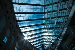 Den härliga takdesignen fördunklar blå himmel Arkivbild