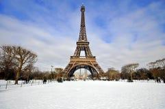 Eiffel står hög i snowen Arkivbild