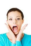 Den härliga tillfälliga kvinnan uttrycker chock. arkivbild