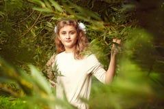Den härliga tonårs- flickan 10 gamla år med långt blont hår står Royaltyfri Foto