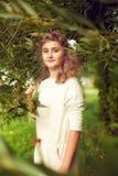 Den härliga tonårs- flickan 10 gamla år med långt blont hår står Arkivbild
