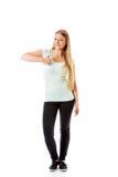 Den härliga tonårs- flickan som ler och gör tummarna-upp, undertecknar Royaltyfri Fotografi