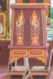 Den härliga träkabineda antikviteten mönstrade det traditionella thailändskt arkivfoton