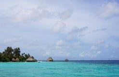Den härliga tropiska ön och bungalowen Arkivbild