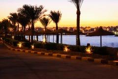 Den härliga tropiska solnedgången på fjärden med gömma i handflatan, stjärnljus och lugna vatten Royaltyfri Foto