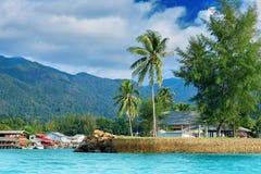 Den härliga tropiska Thailand ön med stranden, det vita havet och kokosnöten gömma i handflatan royaltyfri bild