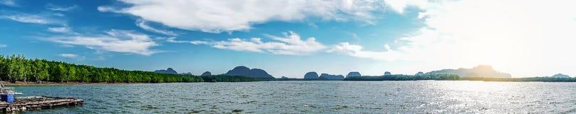 Den härliga tropiska Thailand ön som är panorama- med stranden, det vita havet och kokosnöten, gömma i handflatan med soluppgång  royaltyfria foton