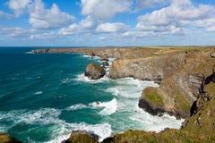 Den härliga UK-kusten Bedruthan kliver Cornwall England den corniska norr kustlinjen nära Newquay på en härlig solig dag för blå  Arkivfoto