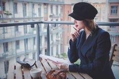 Den härliga unga affärskvinnan har ett kaffeavbrott Arkivbilder