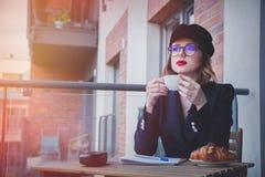 Den härliga unga affärskvinnan har ett kaffeavbrott Royaltyfri Foto