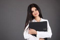 Den härliga unga affärskvinnan omfamnar mappen Arkivbilder