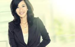 Den härliga unga affärskvinnan rusar in Royaltyfria Bilder