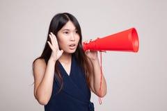 Den härliga unga asiatiska kvinnan meddelar med megafonen Arkivfoton