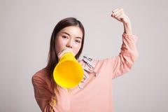Den härliga unga asiatiska kvinnan meddelar med megafonen Fotografering för Bildbyråer