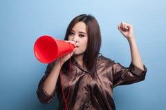 Den härliga unga asiatiska kvinnan meddelar med megafonen Royaltyfri Bild