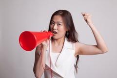 Den härliga unga asiatiska kvinnan meddelar med megafonen Royaltyfria Bilder