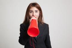 Den härliga unga asiatiska kvinnan meddelar med megafonen Royaltyfri Foto