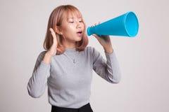 Den härliga unga asiatiska kvinnan meddelar med megafonen Arkivbild