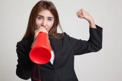 Den härliga unga asiatiska kvinnan meddelar med megafonen Arkivbilder