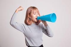 Den härliga unga asiatiska kvinnan meddelar med megafonen Royaltyfria Foton