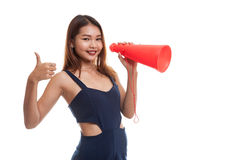 Den härliga unga asiatiska kvinnashowen tummar meddelar upp med megapho Arkivfoto