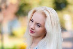 Den härliga unga blonda flickan med en nätt framsida och härligt le synar Ståenden av en kvinna med långt hår och att förbluffa s Fotografering för Bildbyråer