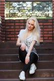 Den härliga unga blonda flickan med en nätt framsida och härligt le synar Ståenden av en kvinna med långt hår och att förbluffa s Arkivfoto