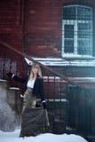 Den härliga unga blonda kvinnan i vitskjorta och klår upp bli near trappa Royaltyfria Bilder