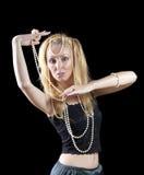 den härliga unga blonda kvinnan med långt hår och en pärla dansar en orientalisk dans Arkivbild