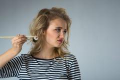 Den härliga unga blonda kvinnan vägrar skadlig matrulljapan Royaltyfri Fotografi