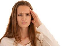 Den härliga unga brunettkvinnan rymmer hennes huvud, som hon har huvudvärken - sjukdom royaltyfria bilder
