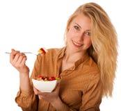 Den härliga unga caucasian blonda kvinnan rymmer en läcker frukt s Arkivbild