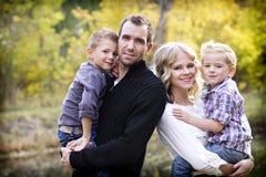 Den härliga unga familjståenden med nedgången färgar Royaltyfria Foton