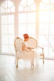 Den härliga unga flickan broderar en ljus härlig inre vid t Royaltyfria Foton