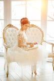 Den härliga unga flickan broderar en ljus härlig inre vid t Royaltyfri Foto