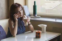 Den härliga unga flickan dricker kaffe Royaltyfria Foton