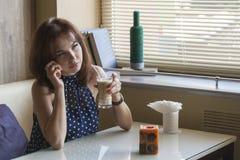 Den härliga unga flickan dricker kaffe Arkivbild