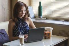 Den härliga unga flickan dricker kaffe Royaltyfria Bilder