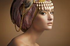 Den härliga unga flickan i en turban Royaltyfri Fotografi