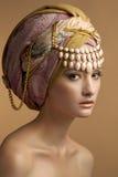 Den härliga unga flickan i en turban Fotografering för Bildbyråer