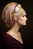Den härliga unga flickan i en turban Arkivbilder