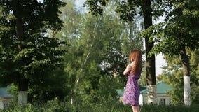 Den härliga unga flickan med långt hår, stänger henne ögon och drömmer lager videofilmer