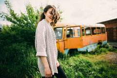 Den härliga unga flickan poserar nära den retro bilen fotografering för bildbyråer