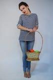 Den härliga unga flickan rymmer äpplet Fotografering för Bildbyråer