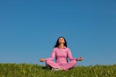 Den härliga unga flickan som in mediterar, parkerar Arkivfoto