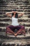 Den härliga unga flickan visar symbol för tre apa Royaltyfria Foton