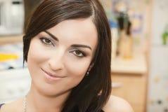 Den härliga unga kvinnan är att falla som är förälskat Royaltyfri Fotografi