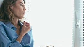Den härliga unga kvinnan äter druvan arkivfilmer